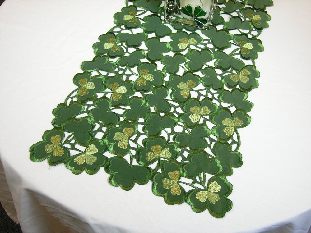St. Patrick's Day Shamrock Table Runner | http://decorathome.net
